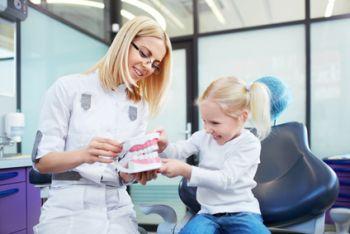 Bei Kindern gehört zur Prophylaxe der regelmäßige Zahnarztbesuch, auch wenn keine Beschwerden vorliegen.