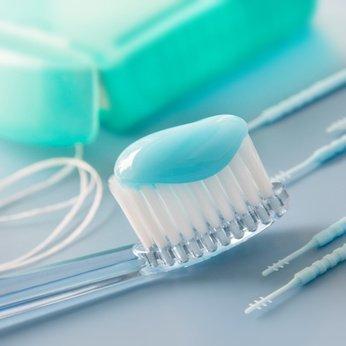 Die Zahnpflege unterscheidet sich nicht von der anderer Zahntypen. Allerdings ist hier besonders die Zahnzwischenraumreinigung essentiell wichtig, um keine Karies zu riskieren.
