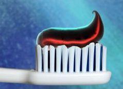 In der schwarzen Zahncreme soll vor allem die Aktivkohle dafür sorgen, dass die Zähne weißer werden.