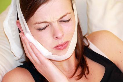 Es kann passieren, dass die Wange nach einer Zahn-OP anschwillt. Diese Weichgewebsschwellung ist normal und kann durch Kühlen bekämpft werden.