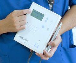 Mit Hilfe des Periotests oder der Resonanzfrequenzanalyse kann gemessen werden, wie fest ein Implantat im Kieferknochen sitzt.