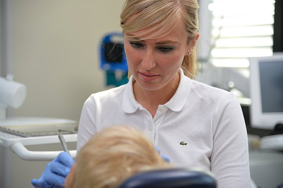 Besuch bei Zahnärztin zur Behandlung