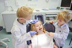 Ist Ihr Kind früh an den Zahnarztbesuch gewöhnt, kann dort auch regelmäßig Prophylaxe stattfinden. Dazu gehört zum Beispiel die Fluoridierung.