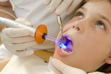 Eine Tiefschlafbehandlung beim Zahnarzt ist sehr viel schonender als die Narkose.