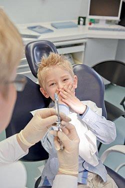 Wenn Kinder an einer Spritzenphobie leiden, kann der Zahnarzt helfen