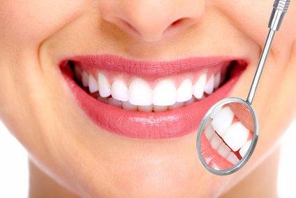 Schöne Zähne sind ein Ausdruck von Gepflegtheit und Attraktivität. Gerade, weiß, weder zu groß noch zu klein sollen sie sein.