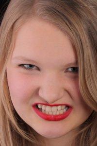 Auch das nächtliche Zähneknirschen oder Parodontose können zu Implantatverlust führen.