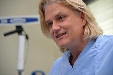 Dr. Seidel empfiehlt seinen Patienten die Hypnose als Basis für eine entspannte Zahnbehandlung.