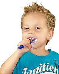 Kinder unter sechs Jahren sollten keine Mundspüllösung verwenden, um ein Verschlucken zu vermeiden. Der enthaltene Alkohol und andere chemische Stoffe können den Nachwuchs schädigen.