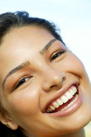 Neben der Ästhetik können schiefe Zähne dazu führen, dass Bakterien sich besser ansiedeln und somit schneller zu Schädigungen am Zahn führen.