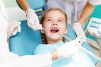 Besonders empathisch muss der Zahnarzt beim Umgang mit Kindern sein. Ein Gel vor dem Setzen der Spritze lässt auch den Piekser erträglicher werden.