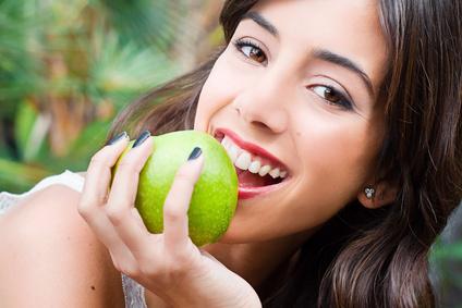 Gut gepflegte Zähne helfen Ihnen dabei sich wohlzufühlen und Zahnerkrankungen wie Karies und Parodontose vorzubeugen.