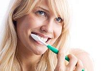 Mundhygiene mit Zahnbürste, Zahnseide und Mundspülung umfassend erledigen.