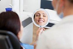 Schöne neue Zähne in unserer Berliner Praxis schenkt Ihnen ein natürliches Lächeln mit festem Biss zurück.