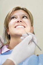 Große Schmerzen treten beim Setzen des Zahnimplantats eher selten auf. Sie sind mit Schmerzmedikamenten in den Griff zu bekommen.
