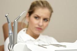 Heute geht die Tendenz der Zahnärzte eher hin zum Zahnerhalt, sodass nur dann Zähne gezogen werden, wenn es unumgänglich ist.