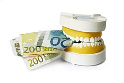 Den Zahnersatz im Ausland einsetzen zu lassen kann riskant sein, besonders wenn Nachbesserungen notwendig werden.