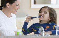 Prophylaxe beim Zahnarzt wird ab dem Kleindkindalter sinnvoll. Dort geht es vor allem darum, frühe Milchzahnkaries zu verhindern und erkennen.