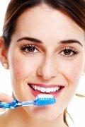 Regelmäßige Kontrollbesuche beim Zahnarzt und eine sorgfältige Mundhygiene beugen vor