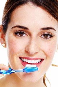 Eine Reinigung der Zähne durch den Zahnarzt sorgt für helle, gesunde Zähne