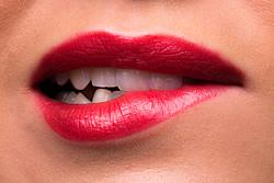 Zu starkes oder falsches Zähneputzen kann zu Abrasion und empfindlichen Zähnen führen.