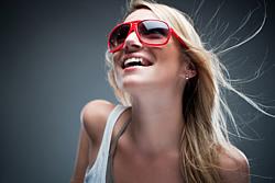 Heute soll sowohl das Zahnfleisch als auch Zahnersatz mit Zahnimplantaten die natürliche Zahnästhetik wieder herstellen.
