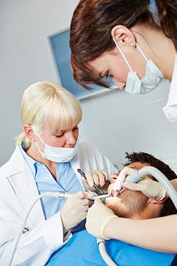 Zunächst wird die Amalgamfüllung entfernt, um danach im zweiten Schritt die Gifte aus dem Körper zu entfernen.