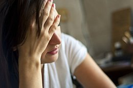 Eine Vergiftung mit Amalgam verusacht u.a. Kopfschmerzen durch die enthaltenen Schwermetalle, allen voran Quecksilber.