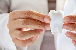 Als erste Hilfe sollte man den abgebrochenen Zahn gut verpacken, dafür eignen sich Gefäße mit Alkohol, Milch oder eine spezielle Zahnrettungsbox.
