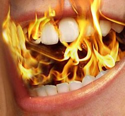 Mundbrennen kann durch scharfe und säurehaltige Speisen weiter verstärkt werden.