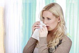 Sinusitis - Durch das beständige Schnauben während einer Erkältung entwickelt sich daher eine Nasennebenhöhlenentzündung, mit der Sie zum Arzt gehen sollten.