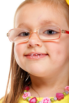 Bis zum vierten Lebensjahr ist ein Übermaß an Speichel normal und stellt keinen Grund zur Sorge dar.