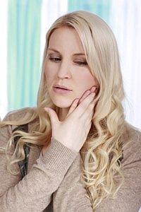 Ein Stau des Speichels entsteht, wodurch sich in den meisten Fällen eine schmerzhafte Schwellung bildet.