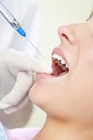 Betäubung vor Zahnbehandlung durch Spritze beim Zahnarzt