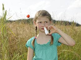 Trockene Schleimhäute können sich sehr unangenehm auf die Lebensqualität auswirken. Die Ursachen dafür können sehr vielfältig sein.