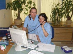 In der Zahnchirurgie muss auch das Praxisteam fachliche Kompetenz mitbringen - bei Dr. Seidels Team sind Sie gut aufgehoben.