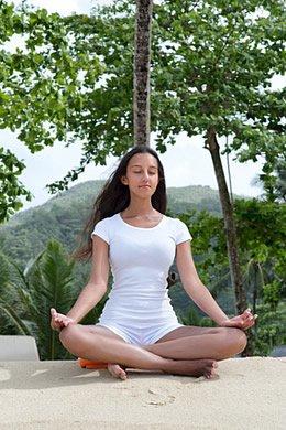 Da Knirschen meist auf Stress basiert, können Entspannung und Ruhephasen dagegen helfen.