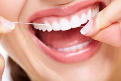 Um eine Zahnfleischentzündung zu behandeln, entfernt der Zahnarzt zunächst Zahnstein und führt eine professionelle Zahnreinigung durch. Zu Hause kann man mit dem Verwenden von Zahnseide Zahnfleischentzündungen vorbeugen.