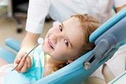 Eine Zahnbehandlung bei Kindern können mit verschieden schmeckenden Betäubungsgels vorgenommen werden. Somit werden die ultrafeinen Injektionsnadeln nicht wahrgenommen.