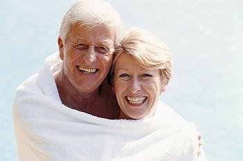 Die Implantatprothese kommt meist bei Senioren zum Einsatz, wenn diese schon einen großen Teil ihrer natürlichen Zähne verloren haben.