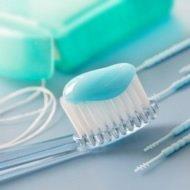 Mundhygiene mit Zahnbürste, Zahnpasta und Zahnseide