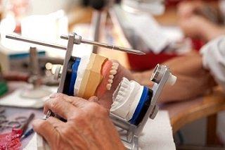 zahnprothesen anpassung reparatur tipps vom zahnarzt. Black Bedroom Furniture Sets. Home Design Ideas