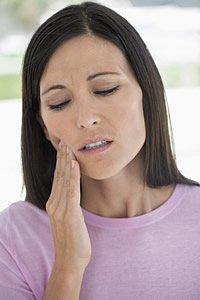 Der Zahnmark entzündet sich bei der Pulpitis. Der Grund dafür kann eine bestehende Karies und eindringende chemische oder mechanische Reize sein.