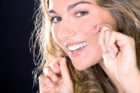 In schlecht erreichbaren Zahnzwischenräumen hilft Zahnseide beim Entfernen von Plaque.